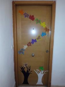 puerta otoño hojas